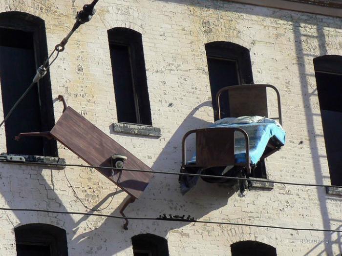 Запрещено свешивать кровать с окна.