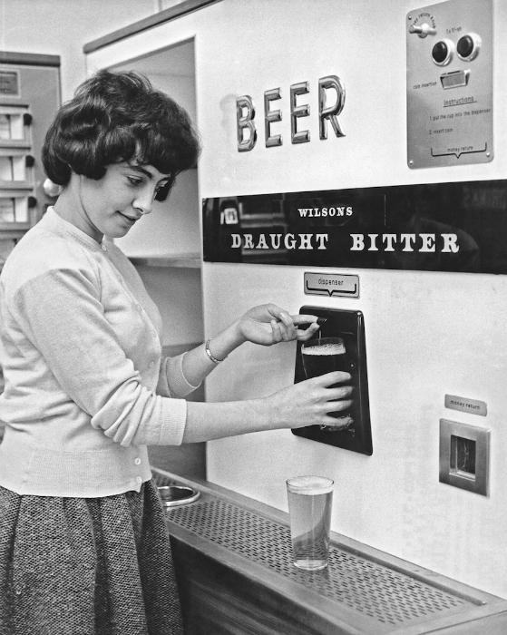 Автомат, торгующий пивом на разлив.