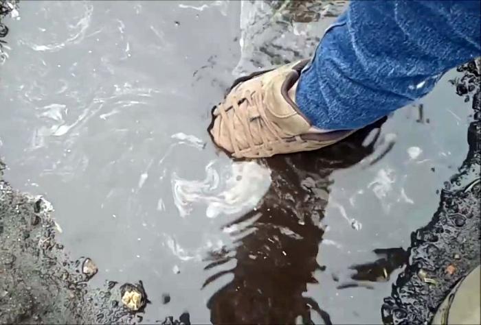 Сделать обувь водонепроницаемой.