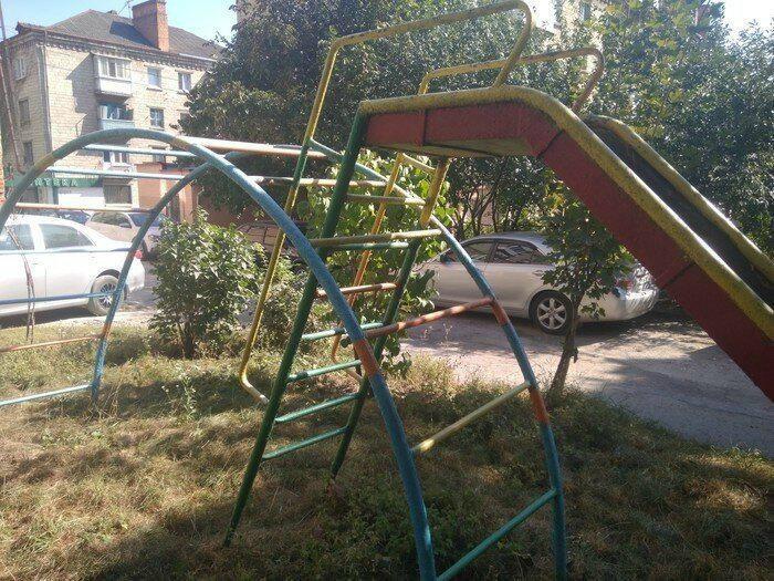 Экономия места на детской площадке. | Фото: Spoki.