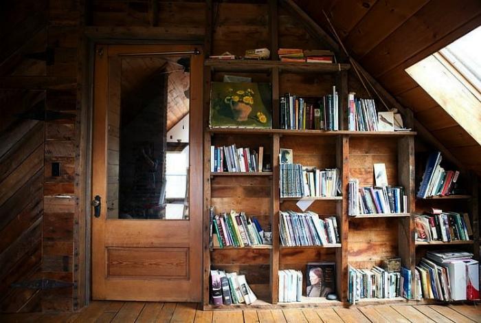 Домашняя библиотека на чердаке. | Фото: Pinterest.