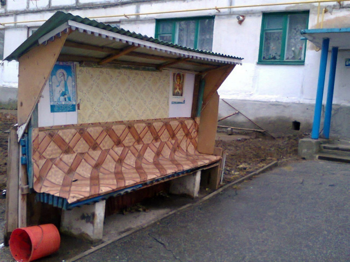 Эта скамейка под надежной защитой. | Фото: Фишки.нет.