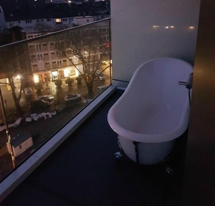 Ванна на балконе. | Фото: MetDaan.