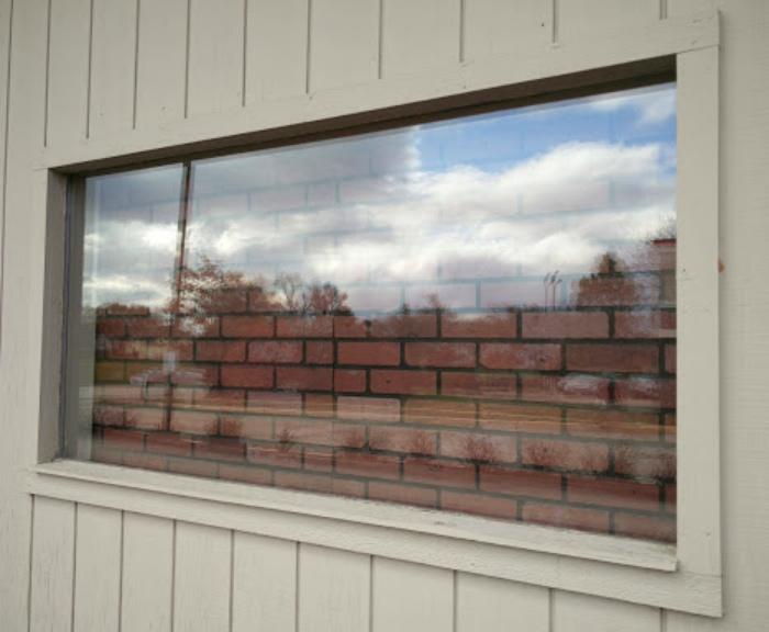 По мнению Novate.ru, из этого окна открывается отличный вид на кирпич! | Фото: Veetrina.