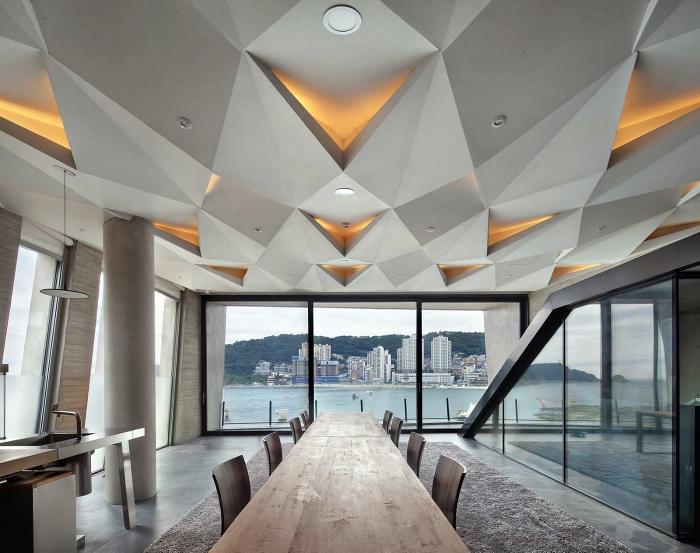 Фигурный подвесной потолок с удивительной подсветкой.