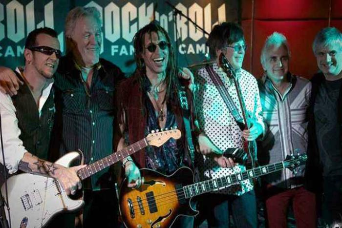 Потрясающий шанс создать свою рок-группу, записать песню и даже выступить на сцене.