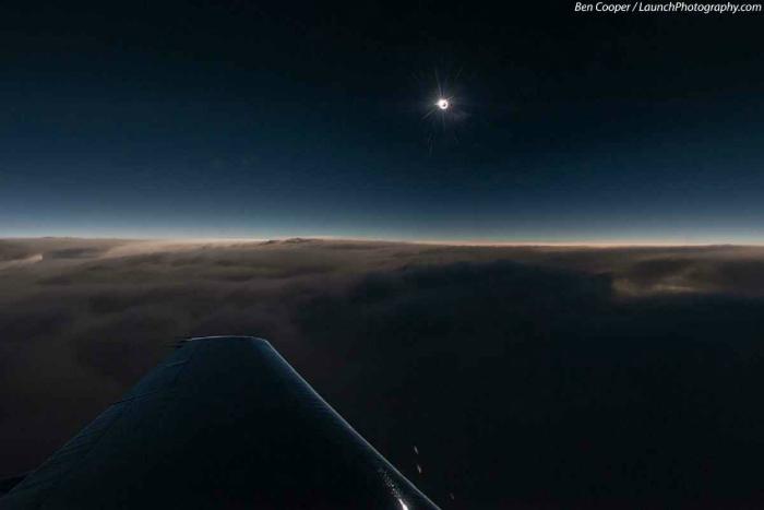 Из иллюминатора солнечное затмение выглядит намного ярче. Фотограф: Бен Купер.