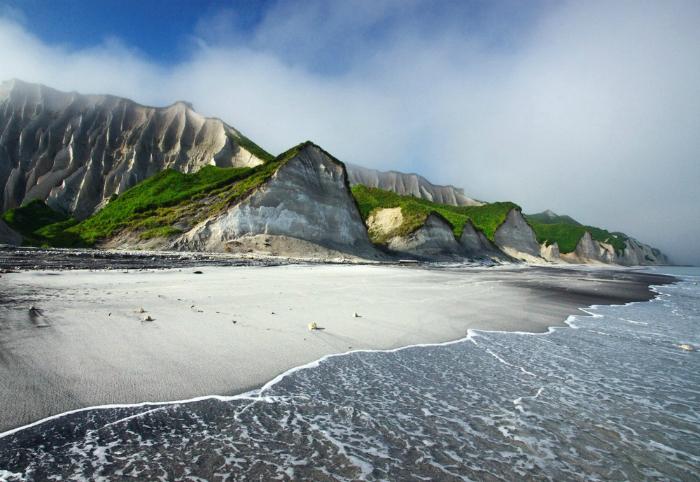 Фантастические белые скалы острова Итуруп, Россия.