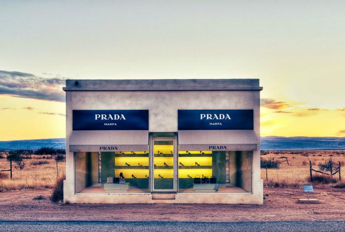 Самый одинокий магазин Prada - это скульптура-инсталляция на пустыре неподалеку от городка Марфа.