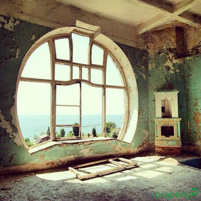 Красивое окно в стиле арт-деко (art-deco).