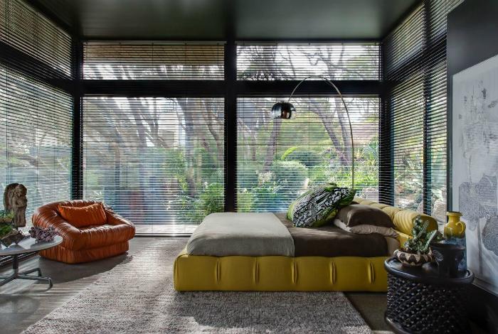 Просторная спальня с оригинальной мебелью.
