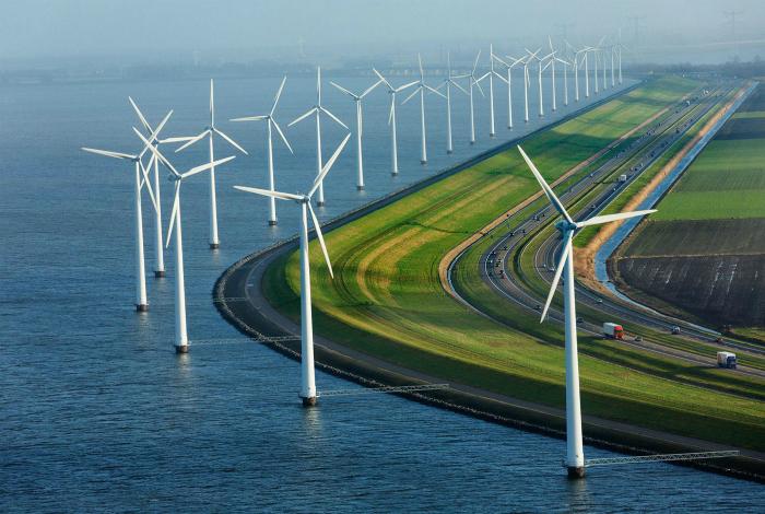 Ветряные мельницы вдоль шоссе в Нидерландах.