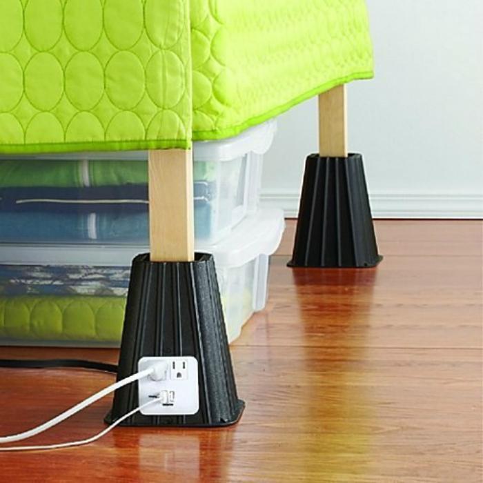 Подставки для ножек кровати, которые приподнимут постель на нужный уровень и обеспечат дополнительные места для подзарядки гаджетов.