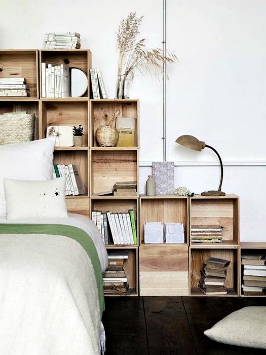 Деревянные ящики в изголовье кровати.