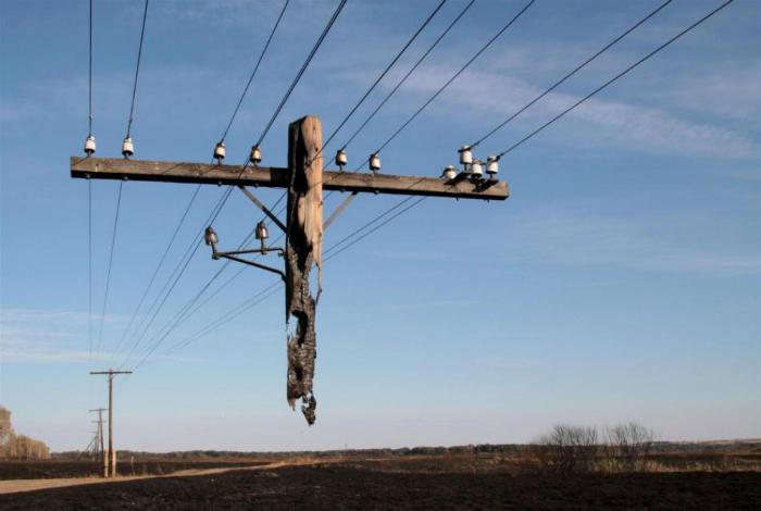 Остатки столба, которые не сгорели во время пожара в Волгоградской области.
