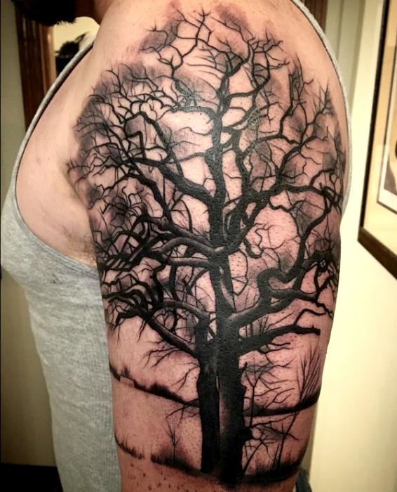 Татуировка с изображением черного дерева.