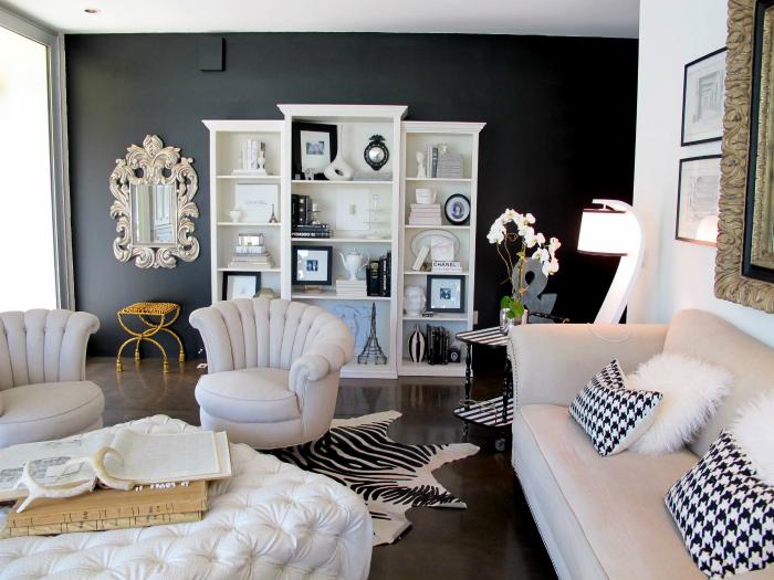 Гостиная с акцентной стеной черного цвета.