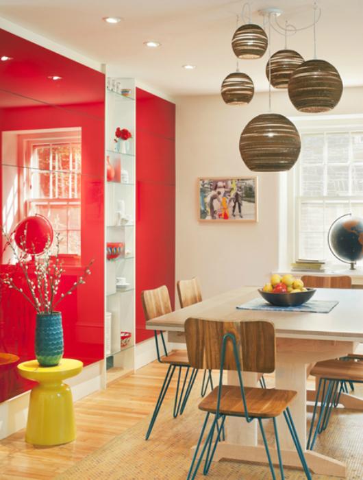 Нейтральная столовая с красным стеллажом.