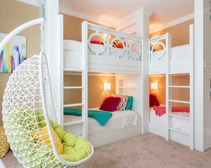 Современная спальня с двухэтажными кроватями в углу.