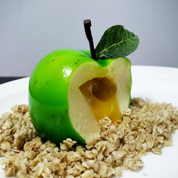 Десерт в виде зеленого яблока.