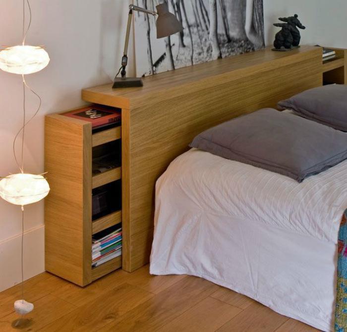 Изголовье кровати с выдвижными шкафчиками.