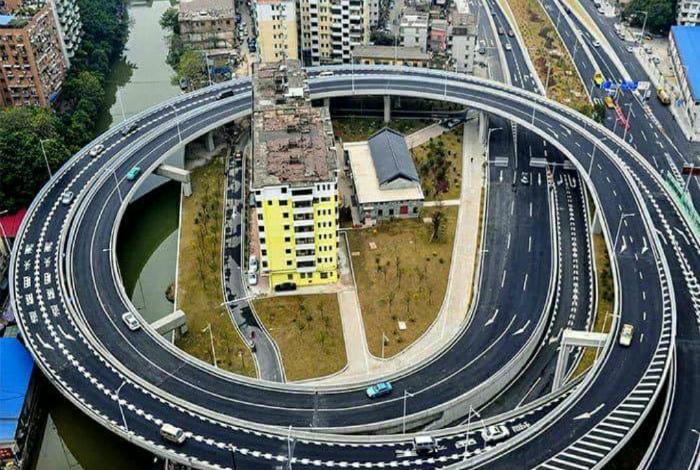 Многоэтажка в центре автомагистрали.