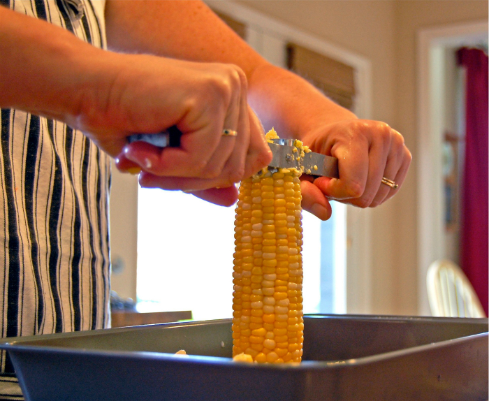 Отделить зернышки от кукурузного початка, не устроив беспорядка.