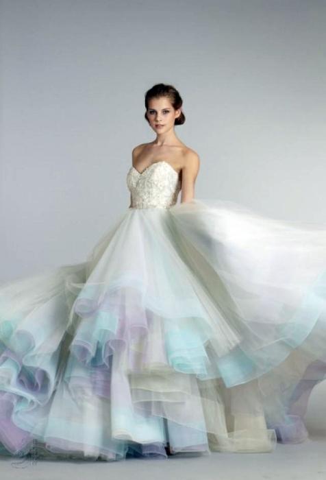 Пышное платье с многослойной юбкой.