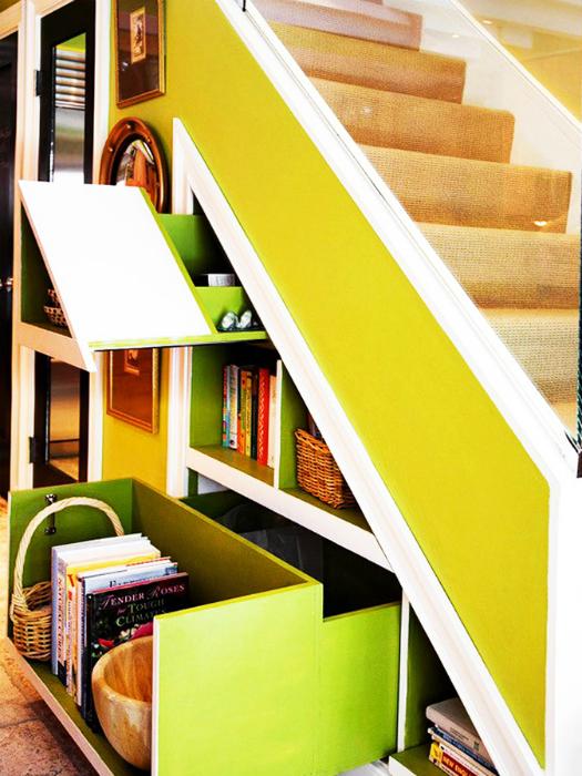 Выдвижные ящики под лестницей.