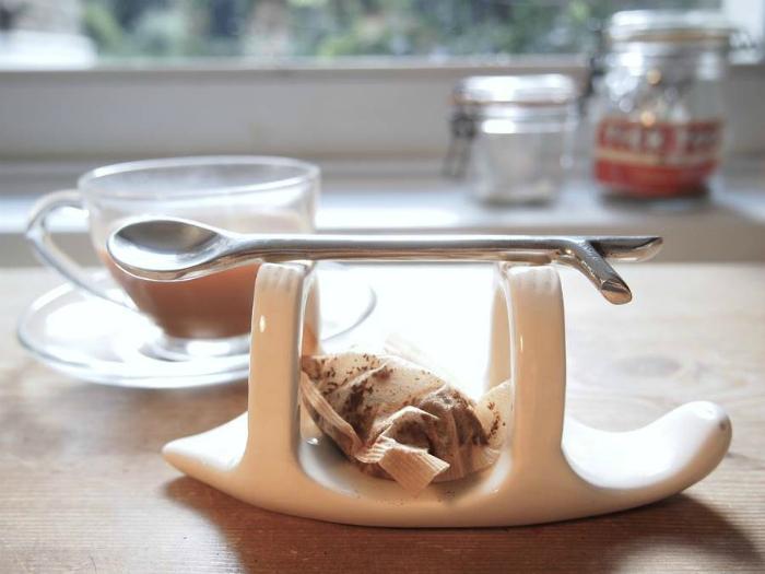 Удобное приспособление для хранения ложки и утилизации использованных чайных пакетиков.