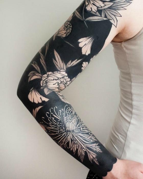 Татуировка-рукав в стиле блэкворк.