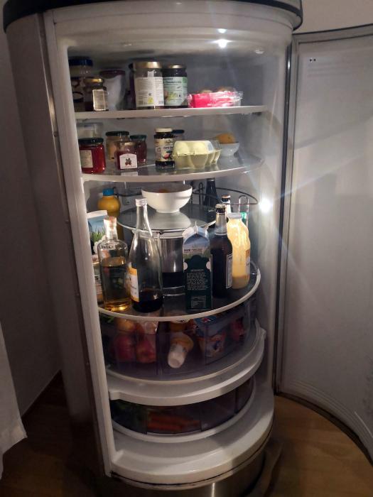 Холодильник в форме цилиндра. | Фото: Пикабу.