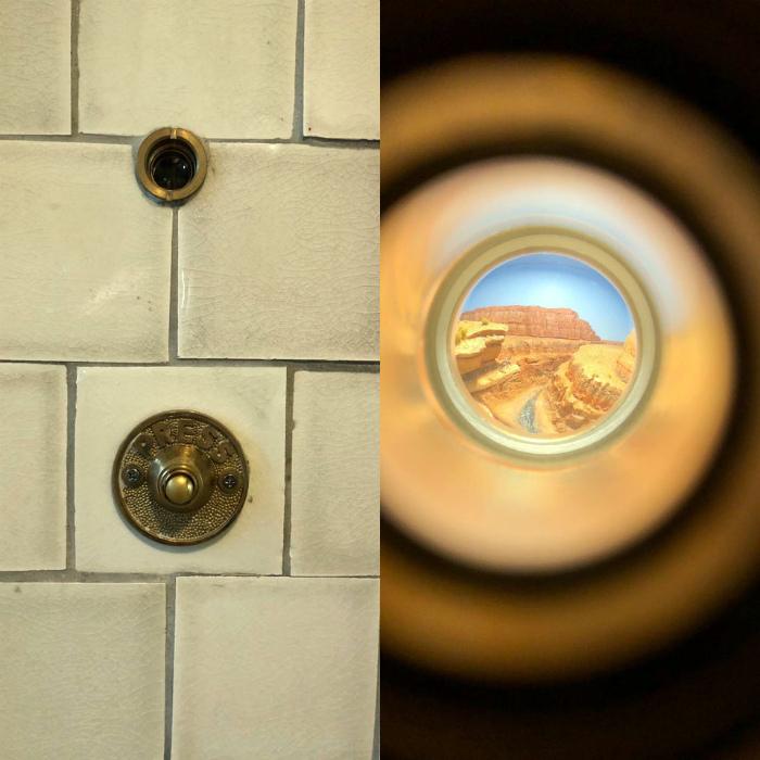 Глазок в туалетной кабинке. | Фото: Diply.