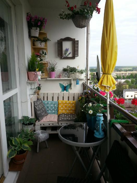 Простой дизайн открытого балкона.
