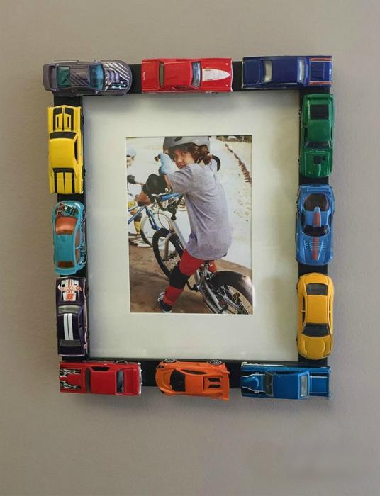 Рамка для фото, декорированная машинками.