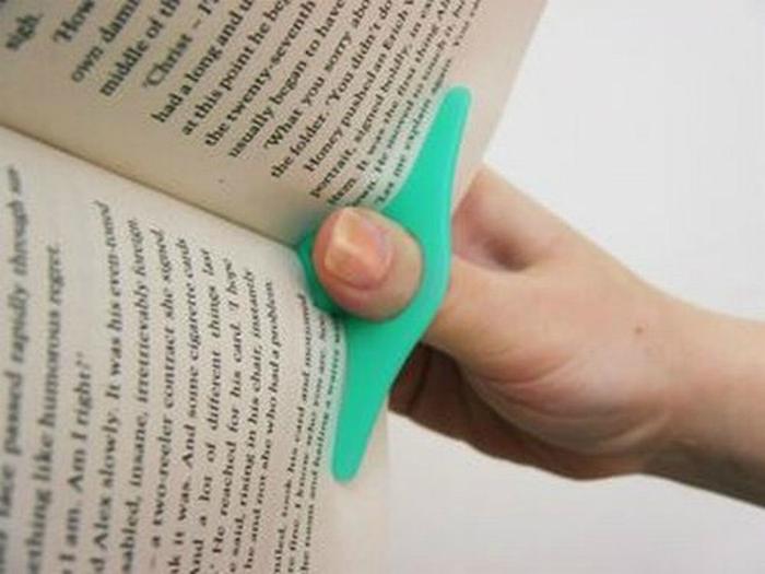 Для заядлых любителей чтения - удобная насадка на палец.