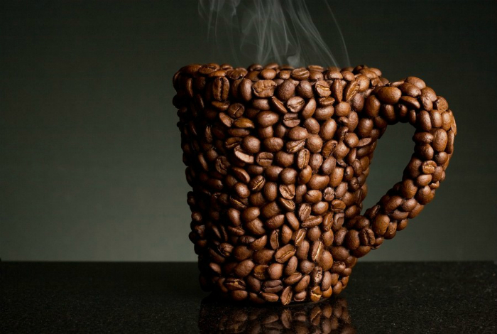 Оригинальная чашка, декорированная кофейными зернами.