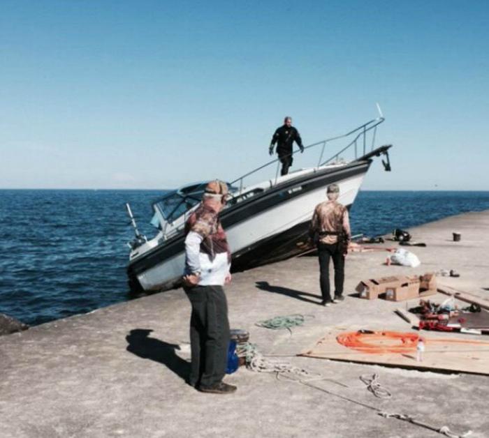Операция по спуску лодки на воду не увенчалась успехом... | Фото: Kaifolog.ru.