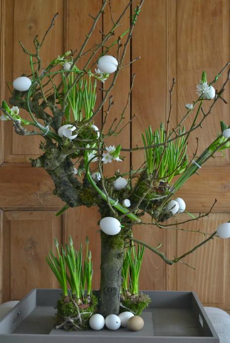 Композиция из живого дерева и яиц.