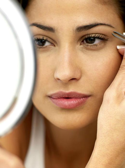 Выщипывать брови перед нанесением макияжа.