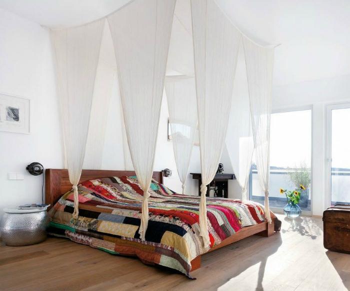 Спальня с кроватью под оригинальным балдахином.
