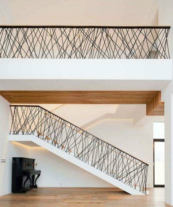 Классическая маршевая лестница с замысловатыми перилами.