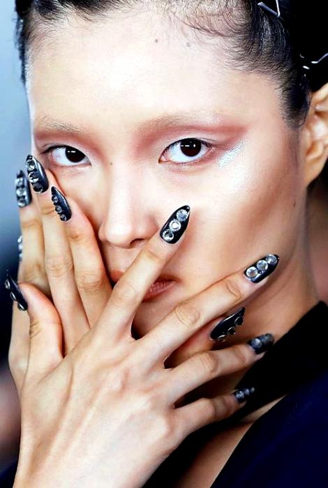 Ногти, украшенные крупными стразами.