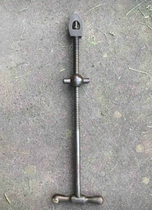 Металлическая штуковина, найденная во дворе| Фото: Reddit.