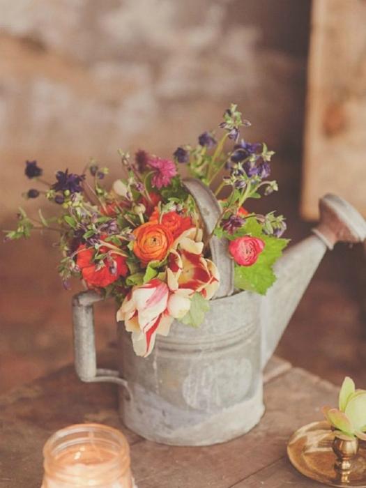 Ваза для цветов из ненужной, искусственно-состаренной лейки.