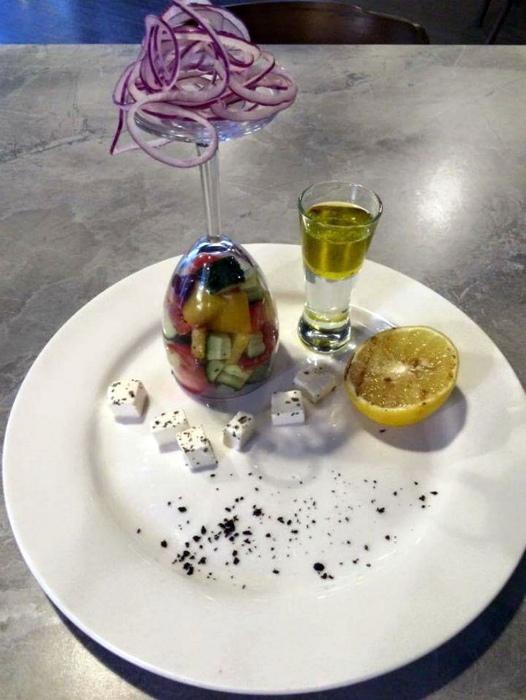 Греческий салат в бокале.