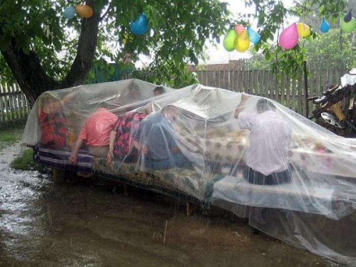 Праздник под проливным дождем.