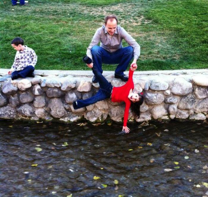 С папой у реки.
