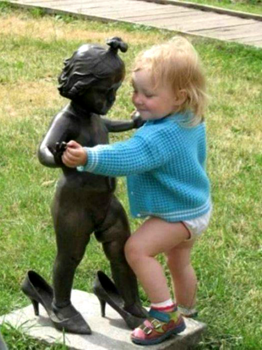 Эта малышка - юная ценительница искусства.