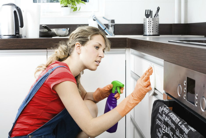 Мытье кухонных шкафчиков. | Фото: KitchenGuide.